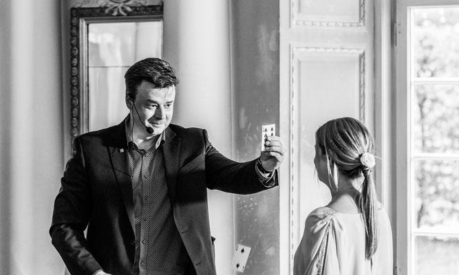 Magie übt Faszination aus. Und das verbindet Ihre Gäste. Auch Stand-Up-Magie lockert Ihre Hochzeit in Bielefeld auf, sodass Ihre Gäste bestens unterhalten werden.