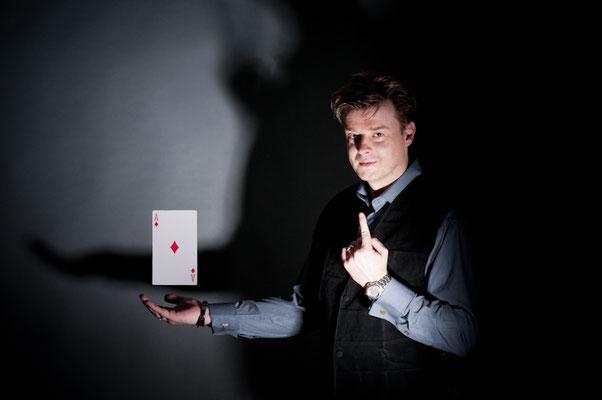 Zauberer in Witzenhausen - Sebastian Sener führt charmant und gekonnt durch den Abend, ohne sich selbst zu sehr in den Vordergrund zu drängen, denn auch als Moderator hat Sebastian Sener schon viele Erfahrungungen gesammelt.