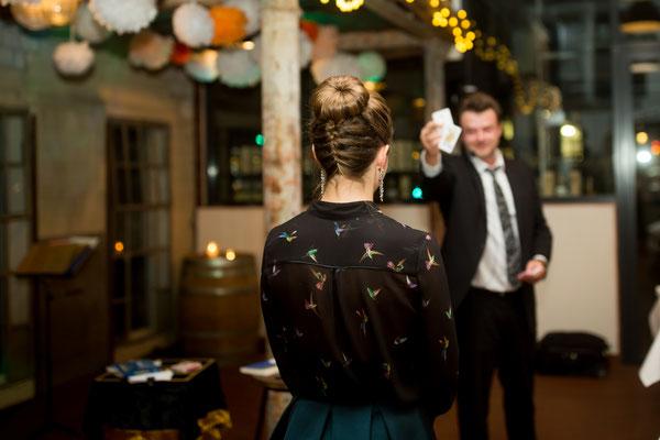 Zauberer in Esslingen verblüfft Sie und Ihre Gäste direkt an ihren Tischen, als Passanten auf der Straße oder inmitten von Personengruppen beim Apéro, als Messemagnet, Tausendsassa oder als Ihr persönlicher Talisman für Ihr Hochzeitsglück.