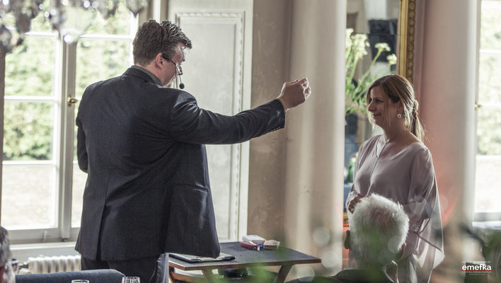 Zauberer Hagen - Magie übt Faszination aus. Und das verbindet Ihre Gäste. Auch Stand-Up-Magie lockert Ihre Hochzeit in Hagen auf, sodass Ihre Gäste bestens unterhalten werden.