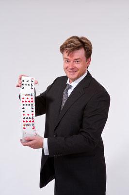 Der Magier in Merzig ist in seinen Shows in direktem Kontakt mit dem Publikum – close-up vom Feinsten.