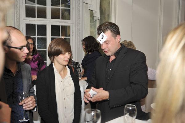 Der Magier in Hamburg führt zu Interaktion mit Ihren Gästen, so dass sie nicht nur dabei sind, sondern mitten drin. It's Magic!