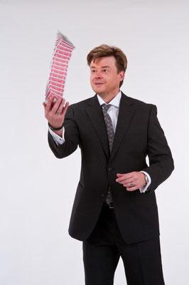 Der Zauberer/Magier verzaubert die Gäste in München auf besondere Art und erschafft Emotionen!