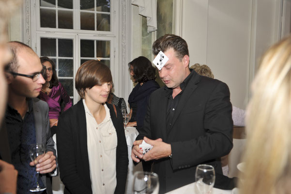 Der Zauberer aus Butzbach ist fullminant und brillant! Der Magier aus Butzbach begeistert Sie und Ihre Gäste mit Witz und Verve in seiner exzellenten Comedy-Hypnose-Show.