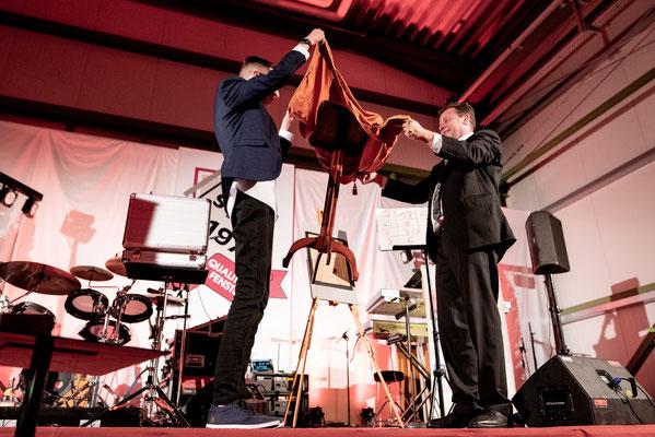 Der Zauberer in Rostock präsentiert Ihre Persönlichkeit, Ihre Gäste, Ihre Mitarbeiter, Ihr Unternehmen auf der Bühne oder an jedem anderen Ort.