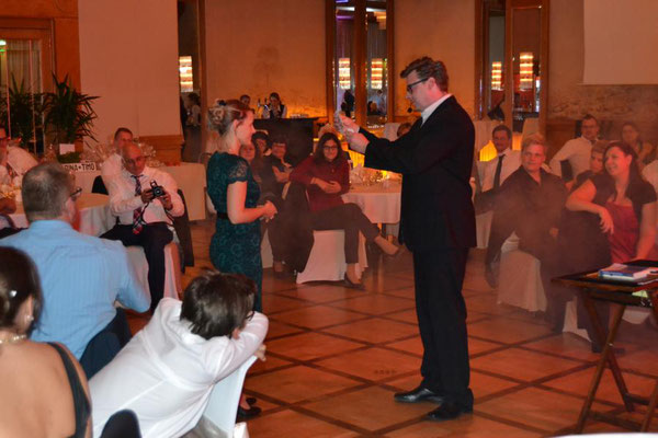 Zauberer in Kirchheim unter Teck! Der Kontakt zu Ihren Gästen ist Sebastian Sener am wichtigsten. Er präsentiert dabei Sie, Ihre Persönlichkeit, Ihre Gäste, Ihre Mitarbeiter, Ihr Unternehmen auf der Bühne oder an jedem anderen Ort.
