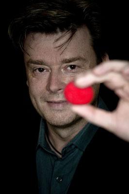 Zauberkünstler in Kassel sorgt für reichliche Kommunikation der Zuschauer nach der Veranstaltung.