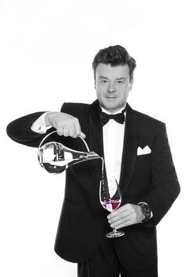 Der Zauberer in Hamburg ist Ihr mirakulöser Zauberkünstler der Superklasse! Starten Sie durch in die Welt der Sener-Gala-Magie!
