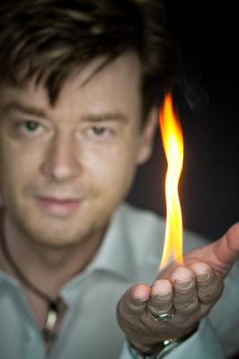 Der Zauberer in Leipzig - Sebastian Sener - begrüßt Sie mit der Magie unvergesslicher Begeisterung:  Seine Zaubershows sind überirdisch und macht Sie glücklich!