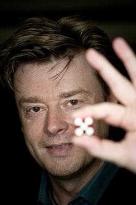 Zauberer in Lahntal - Seine Shows sind in direktem Kontakt mit dem Publikum – close-up vom Feinsten. So kann er direkt auf jeden einzelnen Gast reagieren, mit ihm lachen und ihn mit seiner Zauberei garantiert in Staunen versetzen.