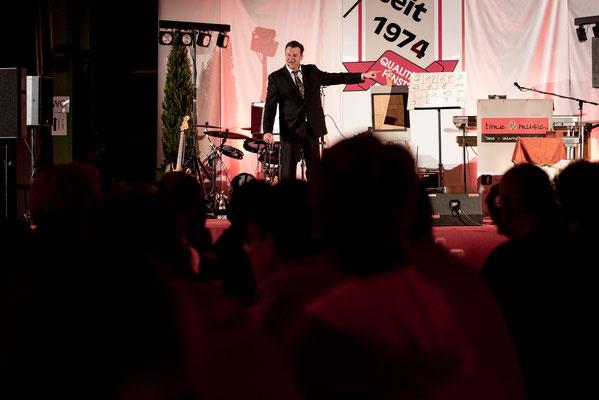 Beim Zauberer in Leverkusen Sie nicht nur Zuschauer, sondern Teil der magischen Sener-Gala, die sich durch überraschende Wendungen, Tempo, Kuriositäten und dem gewissen Etwas auszeichnet, den Momenten zum Augen- und Ohren-Wackeln.