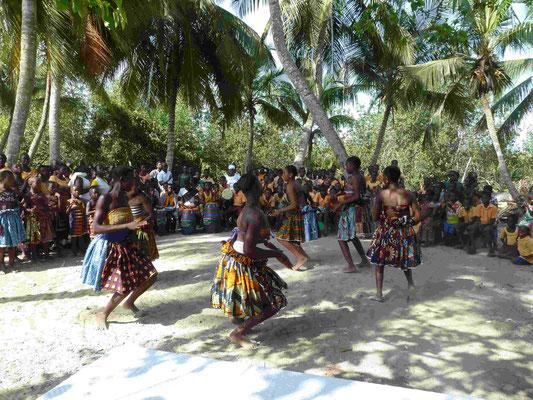 Ein traditionelles Fest findet zur Eröffnung als Dank statt.
