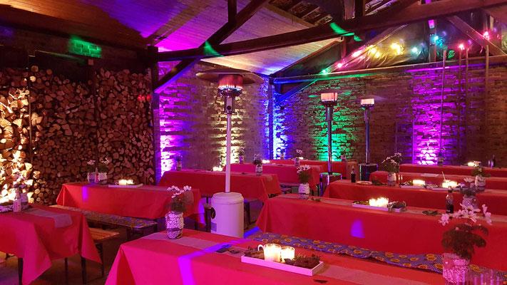 Hochzeitsfeier in einer Scheune in Kerpen. Akzente durch bunte LED-Bodenstrahler