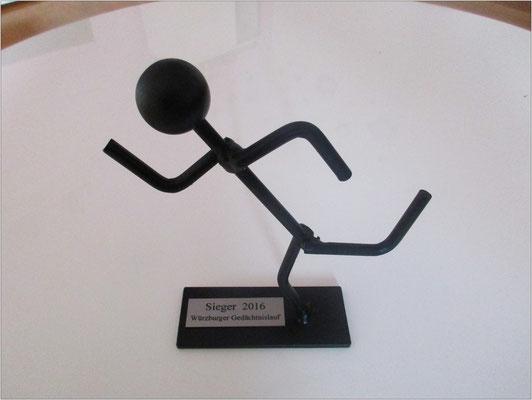 Ganz besonderer Pokal: Von Blinden am Blindeninstitut gefertigt.