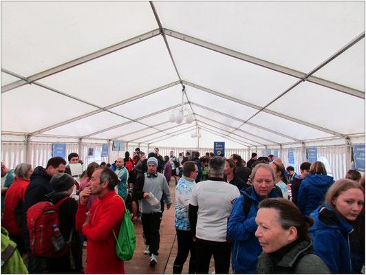 Hier im Zelt holten sich die Teilnehmer ihre Startunterlagen ab.
