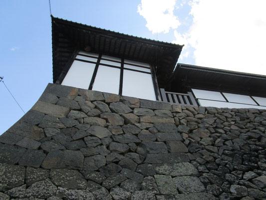 見上げる城壁のような北向き観音の石垣。