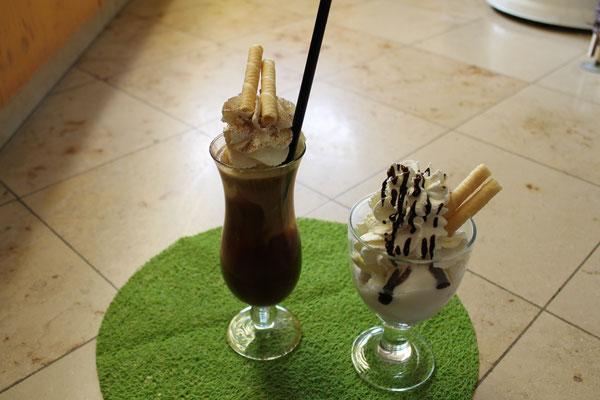 Eiskaffee und gemischtes Eis mit Schlag