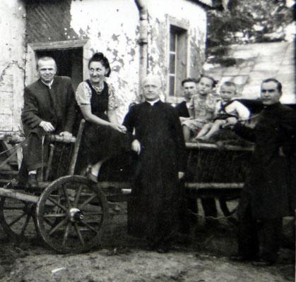 Rajskie, Bieszczady 1944 lub 1945.  Na tle drzwi ks. Włodzimierz Boziuk,  obok Lubomira Morawiecka - Jaremin , proboszcz?, młody mężczyzna, Laryssa Jaremin, Bogdan Jaremin, ks. Jan Jaremin