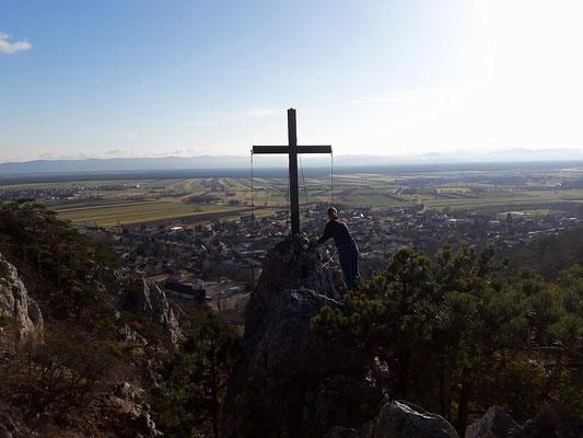 """am Gipfelkreuz der """"Gspitzten"""" über den Dächern von Winzenheim/-dorf"""