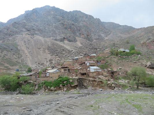 Dorf in den Fan Bergen auf dem Weg zu den sieben Seen des Hafta Kul