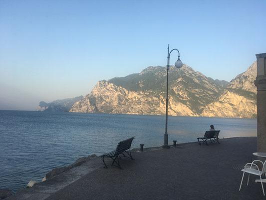 August 2017: Vor dem Frühstück im Hotel Centrale (Piazza Goethe) kurz ans Ufer des Lago