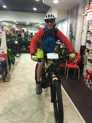 Erstkontakt zum Turbo Levo FSR 27,5+ EMTB in Leoni Cicli Bike Shop in Riva del Garda