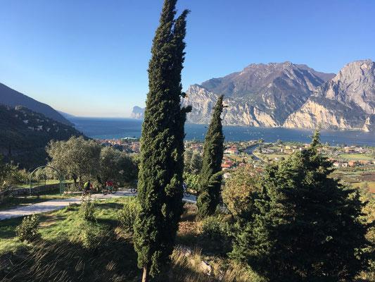 Mit geliehenem Rotwild EMTB auf Tour am Garda