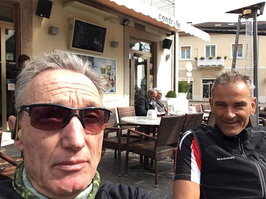 März 2017: Mit Stefan vor dem Cafè Centrale in Arco