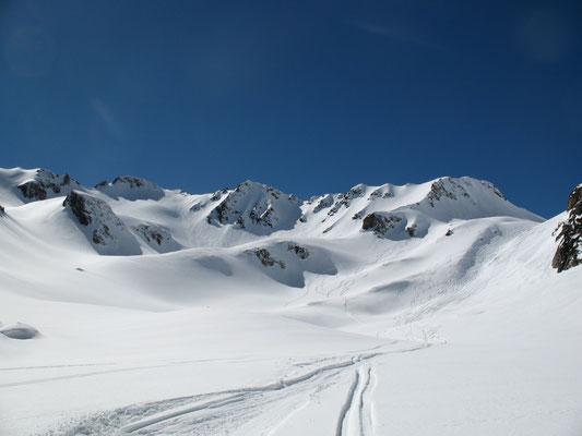 Descente en ski ou en snowboard par le vallon de la coume depuis le sommet du Pic du Midi de Bigorre