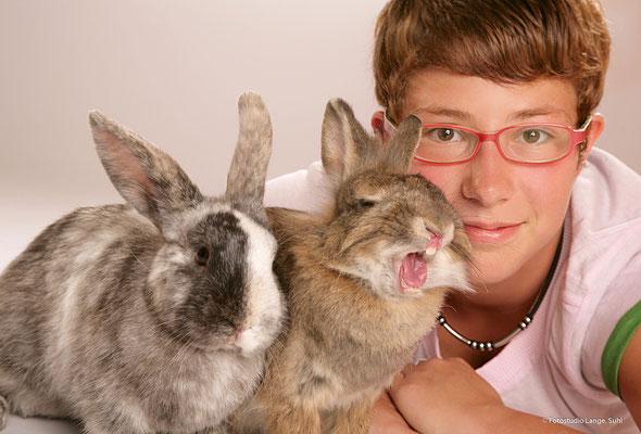 Thüringen Suhl , Mädchen mit süßen Kaninchen , Tier
