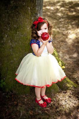 Apfel, Schneewitchen, Kind im Park, Sommer, Märchen, Märchenbuch