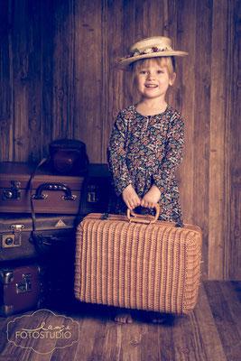 Marie Popins, vintage, Kind, Korbkoffer, auf Reisen, Fotoaktion, Studiofoto