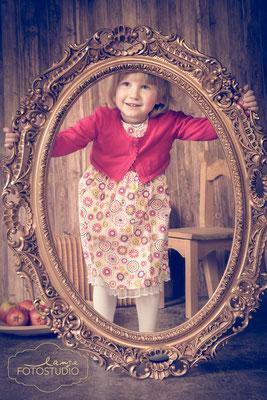 Spieglein, Spieglein an der Wand, spontane Kinderfotos, Foto Lange Suhl, studiofotografie