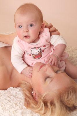 Junges Baby mit Mutter, Mama, Baby,  Fotohaus Lange, Kinderfotos, Fotograf, Kinder, Shooting, Studio, Fotostudio, Thüringen, Suhl, Zella-Mehlis