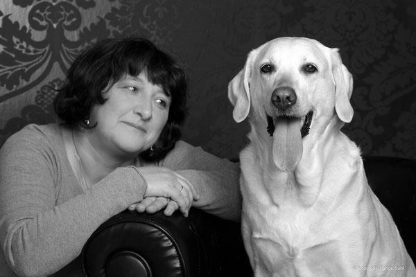 1 Frau mit großen weißen Labrodor , Tier , Suhl Thüringen , Fotohaus Lange