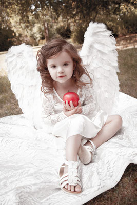 Engel, roter Apfel, engelsgleich, romantisch, Fotostudio Lange Suhl, Kind im Park