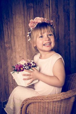 Kinderlachen, Blumenkranz, Blumentopf, Kinderfoto, Studiofotgrafie