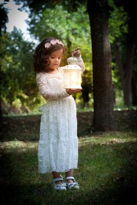Laterne, Mädchen im Park, Kinderfotos, Portraitfotos, strahlen