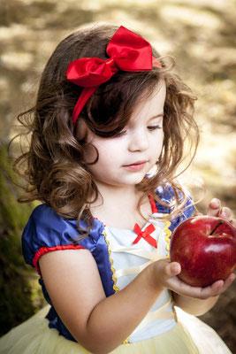 der rote Apfel, rote Schleife, Kind, Mädchen, Schneewitchen, Kindergarten, Kinder