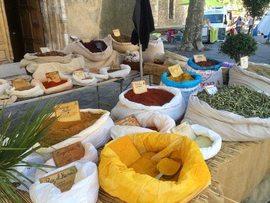 Gewürze auf einem Markt in der Provence