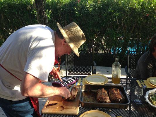 Unser one and only Laci beim Zubereiten des Abendessens in der Provence