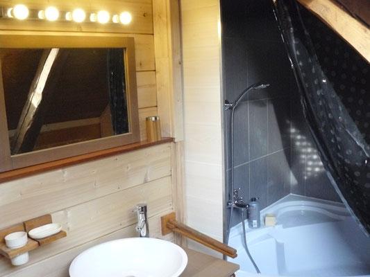 Salle de bain avec baignoire (et douche) d'angle