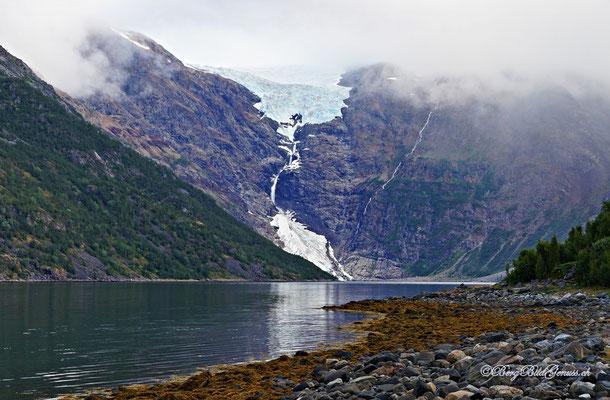 """Oben der Isfjordjøkelen, ein Teilgletscher des Øksfjordjøkelen, unten der Gletscher Nerisen, ein sogenannter """"regenerierter Gletscher"""", der von den Lawinen des Isfjordjøkelen gespeist wird."""
