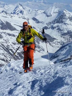 Marcel kommt auf dem Gipfel an (Bild von Stephan)
