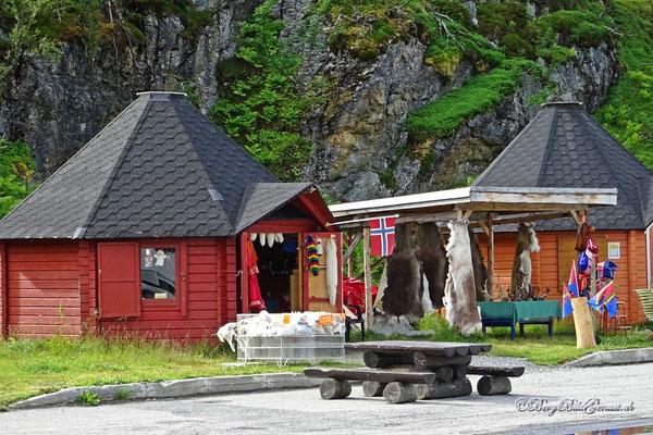 Souvenirs - die Sami verkaufen allerhand am Strassenrand...Felle, Geweihe, Rentierfleisch...und den übrigen Tourikram.