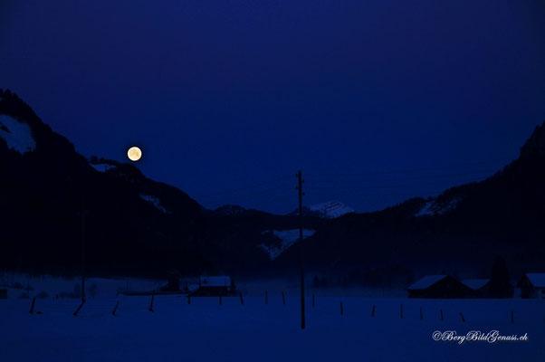 Mond über dem Muotathal