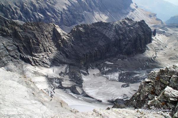 Imposanter Tiefblick vom Gipfel des Ruchi - Glatscher da Gavirolas