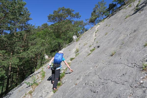 Der Grat wird über den markanten Riss in der Platte, welche mit Dinospuren bedeckt ist, gewonnen.