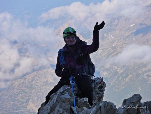 Fröhliche Bergsteigerin