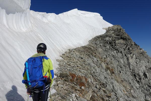 Wahnsinn...das schwindende Eis gibt ein Felsband frei, über welches fast bis zum Gipfel hochgestiegen werden konnte